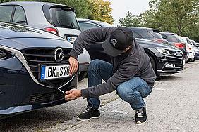 Mann beim Diebstahl eines Autokennzeichens