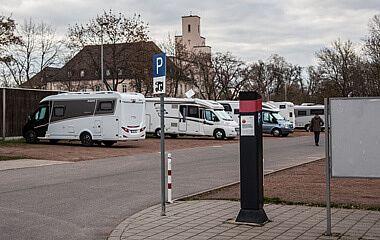 Wohnmobile auf einem Parkplatz