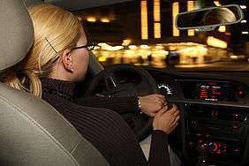 Autofahrende fährt bei Dunkelheit aber guter Beleuchtung.