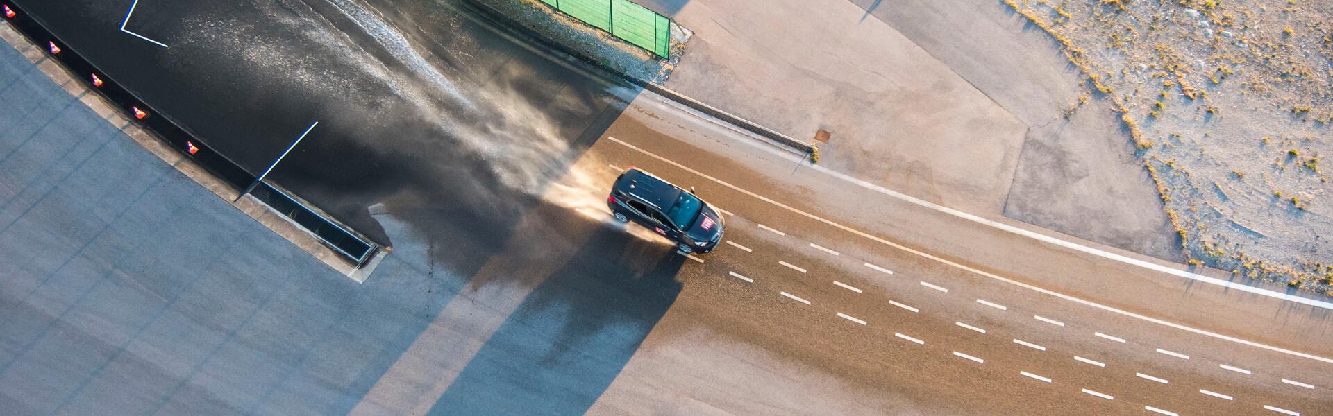 Ein Auto beim Fahrsicherheitstraining auf dem Verkehrsübungsplatz.