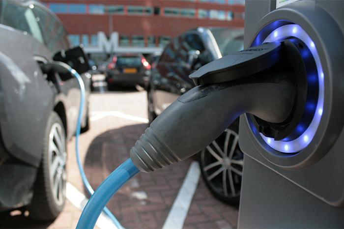 Elektroauto wird an Ladestation geladen.