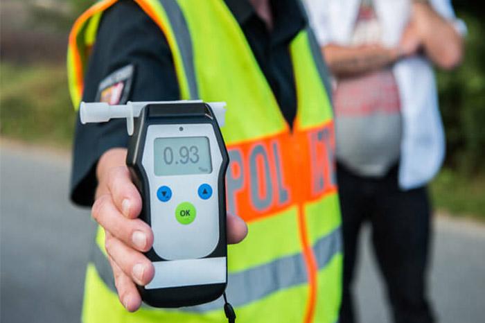 Polizei hält Atemalkoholmessgerät