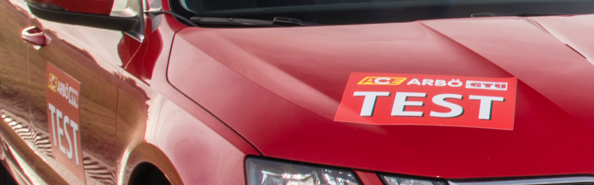 Rotes Auto für den Sommerreifentest