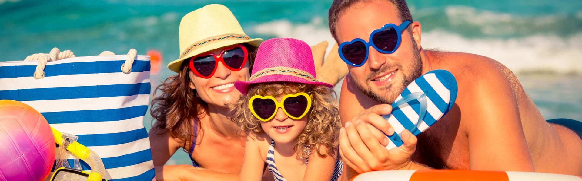 Eine Familie liegt im Urlaub am Strand